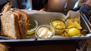 Glutenvrij brood, iets geroosterd met drie heerlijke dingen om erop te doen.