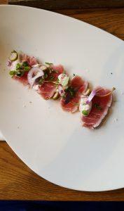 Licht gegaarde tonijn met kalfscreme