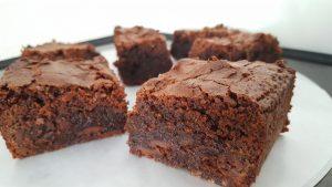vStukjes glutenvrije en melkvrije brownies